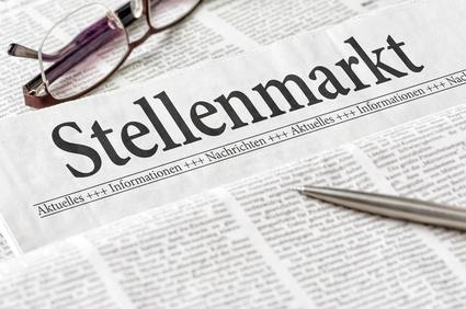 Zeitung mit der Überschrift Stellenmarkt